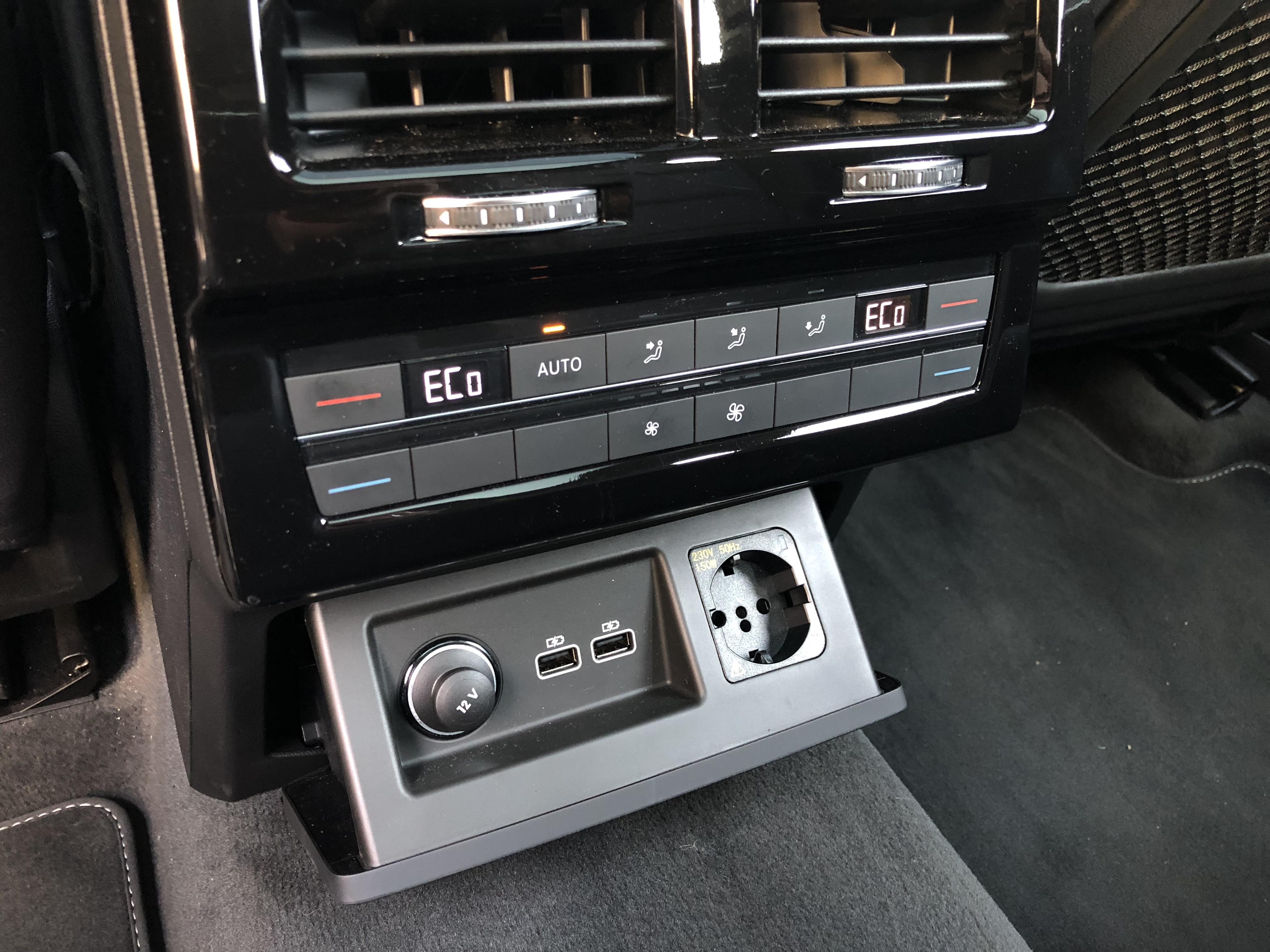 šuplík s USB pro cestující na zadním sedadle