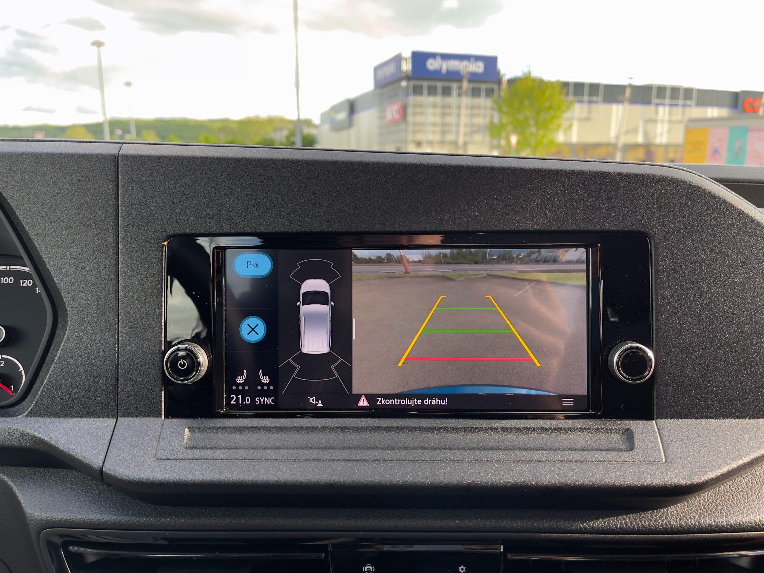 Volkswagen_Caddy_2021_infotainment_pristrojovy_parkovac