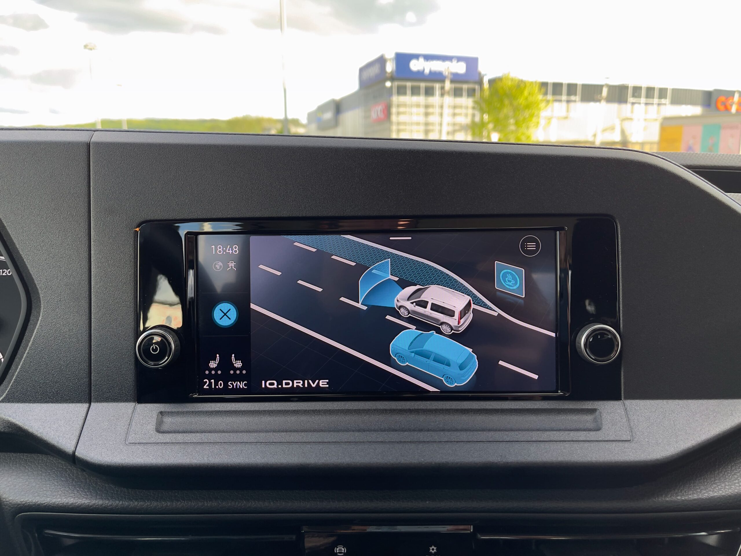 Volkswagen_Caddy_2021_infotainment_asistencni_systemy_1