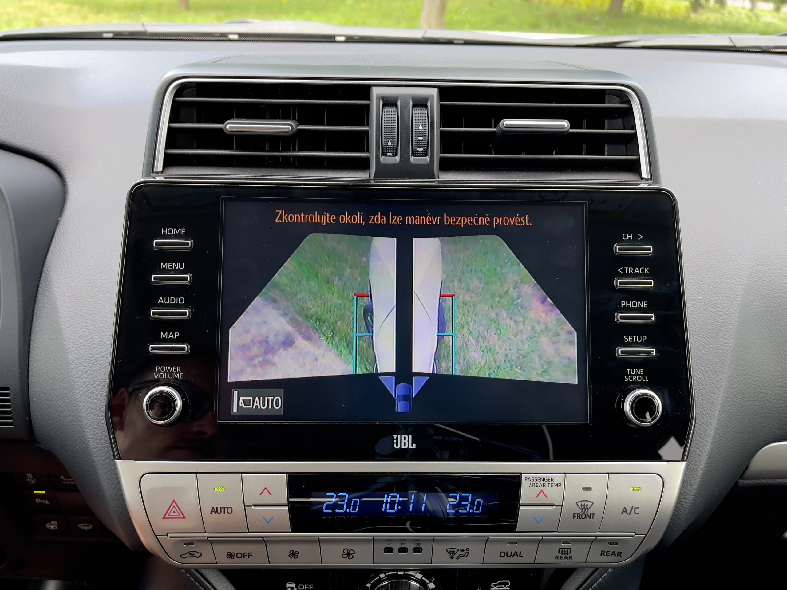Toyota_Land_Cruiser_infotainment_1